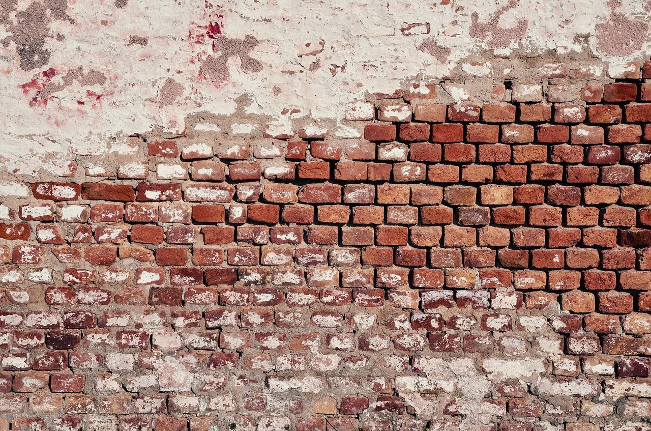 mimpi memanjat dinding